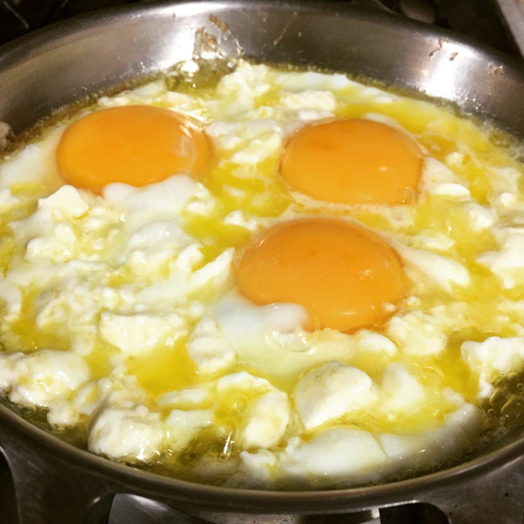 Beyaz peynirli yumurta